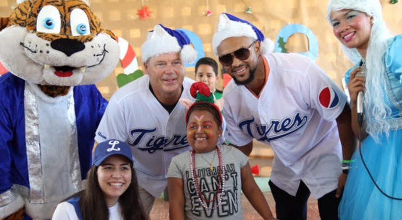 Licey llevó regalos de Reyes a los niños del Reid Cabral
