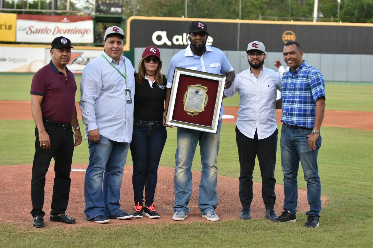 Vladimir Guerrero fue reconocido en el Estadio Julián Javier