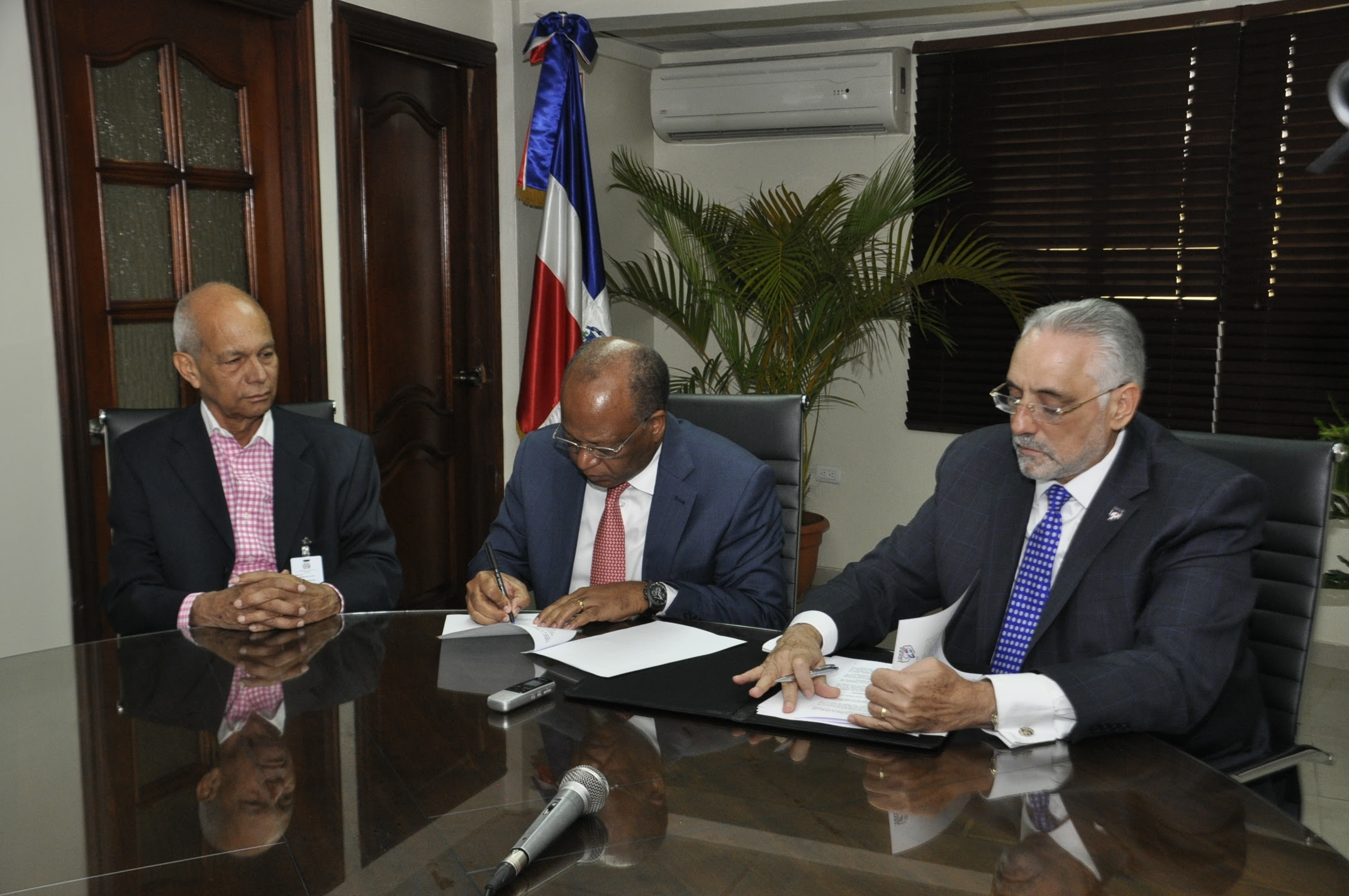 Omsa firma acuerdo con Lidom