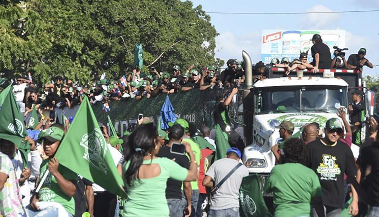 Estrellas hacen desfile y fiesta popular en San Pedro de Macorís