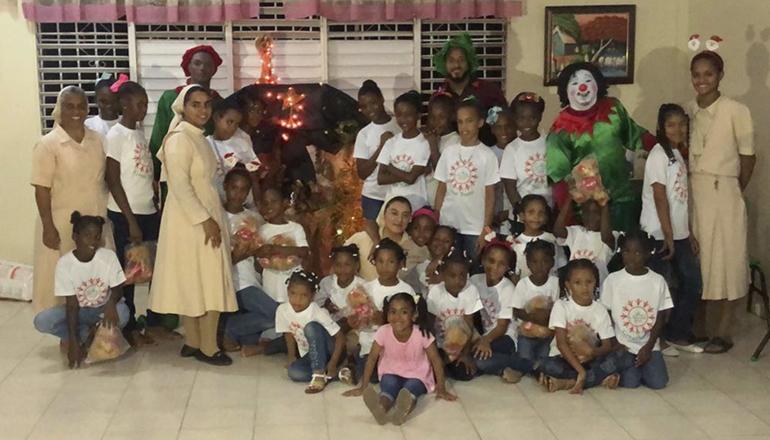 Valdespín realiza visita a niñas del Hogar Caridad Misionera