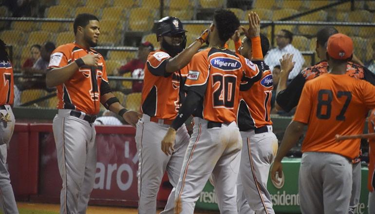 Yamaico Navarro jonronea y pone a Toros a un paso del round robin; superan a los Leones