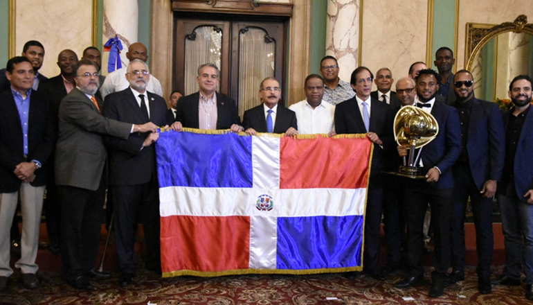 """Presidente Danilo Medina recibe a los Toros del Este; """"Que traigan la 20"""", dijo"""