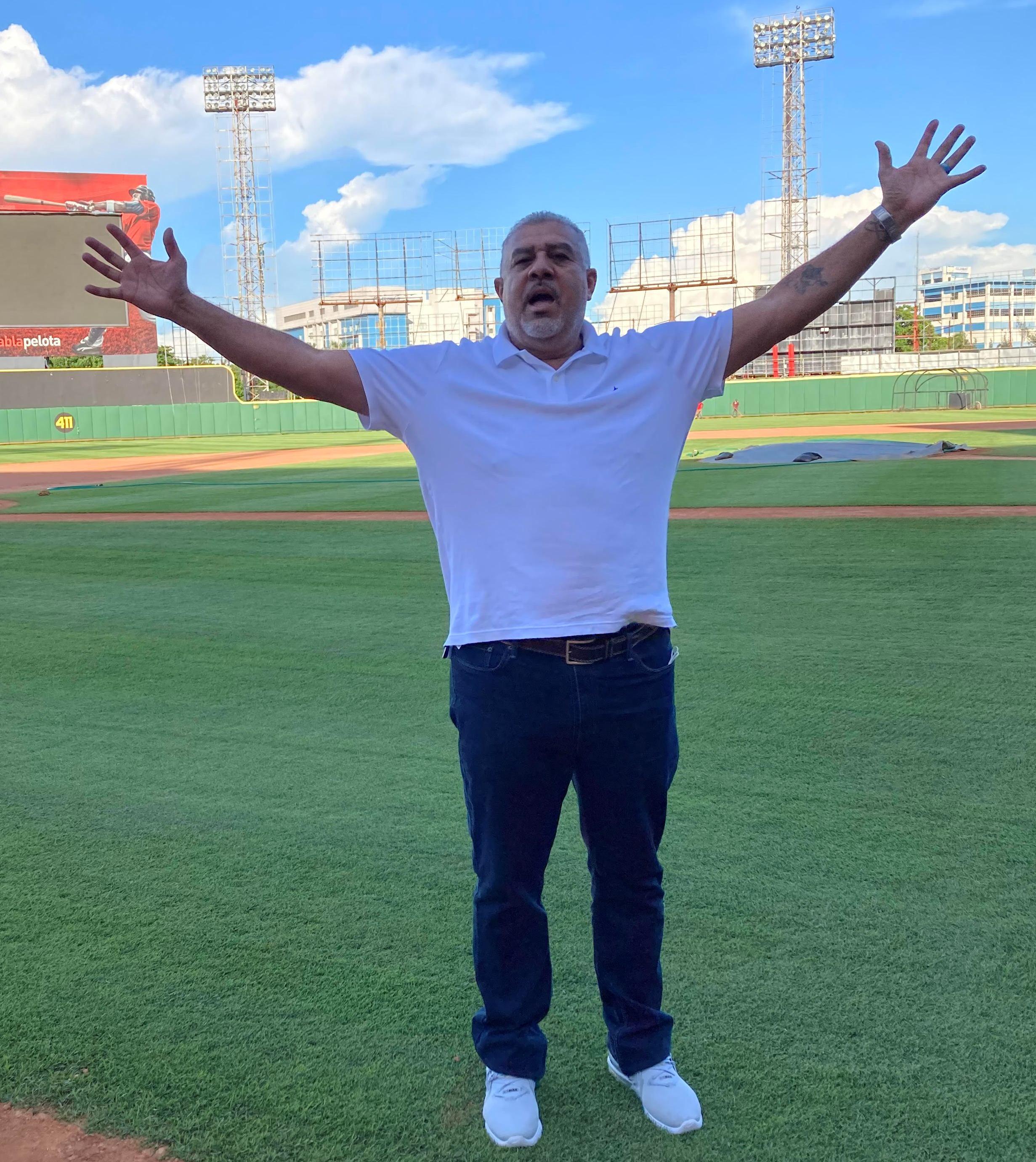 Luis Sojo, dirigente de los Tigres del Licey, arriba a suelo dominicano