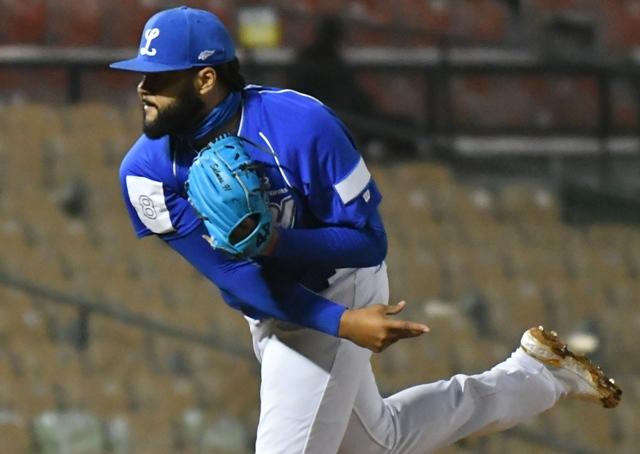 José Mesa Jr debutó con Licey de lanzador, no como pronosticó su padre