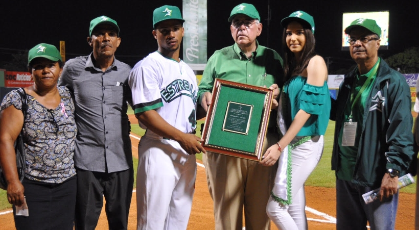 Estrellas rinden homenaje a francisco Mejía por racha de 50 partidos corridos con hit