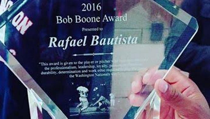 Rafael Bautista recibe premio Bob Boone por sus valores dentro y fuera del terreno