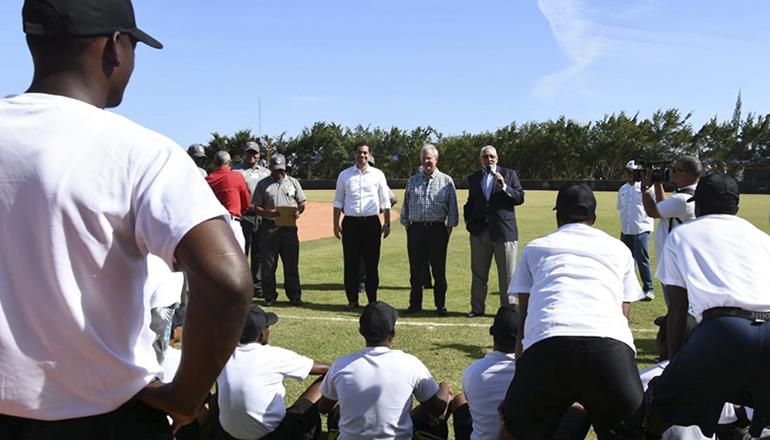 Jorge Pérez respalda Academia Dominicana de Árbitros de Béisbol con visita a estudiantes