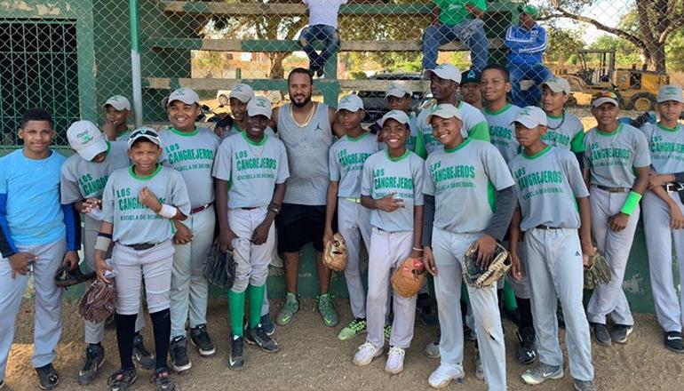 Valdespín imparte clínica de beisbol a niños de su comunidad