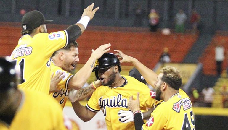 Luis Valenzuela pega hit de oro y Águilas dejan en terreno a Toros; Rodríguez 2H4