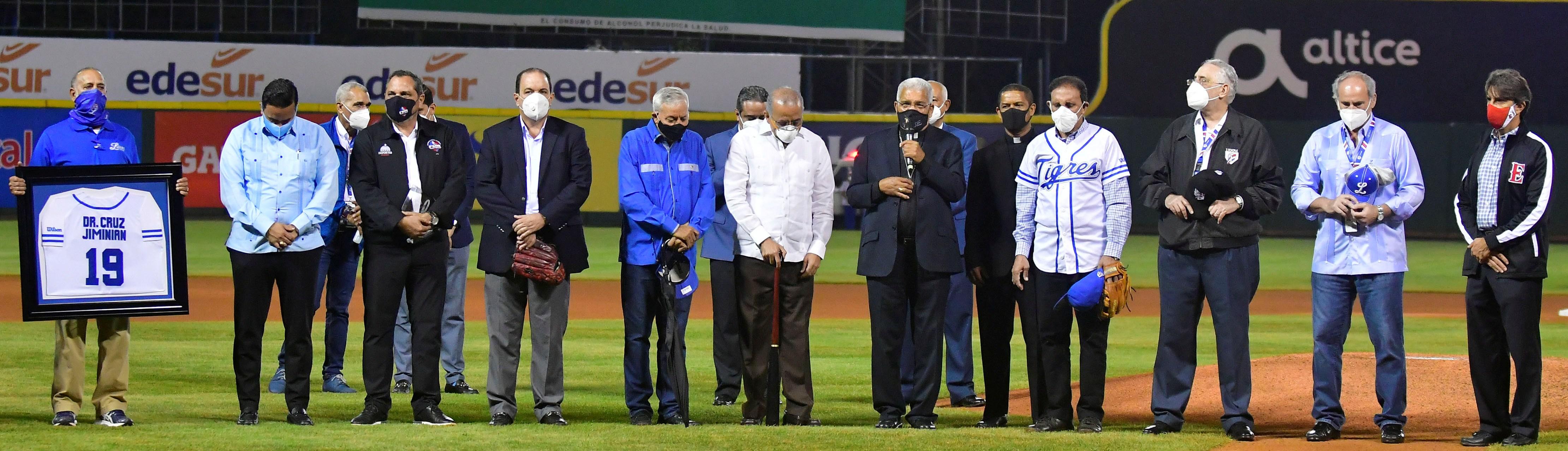 En homenaje del Licey a los médicos, Monseñor Ozoria pide por la familia