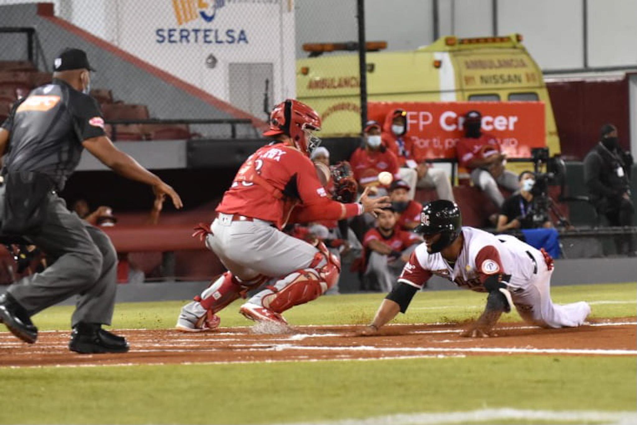 Leones vienen de atrás y se imponen en 12 innings a los Gigantes del Cibao en SFM