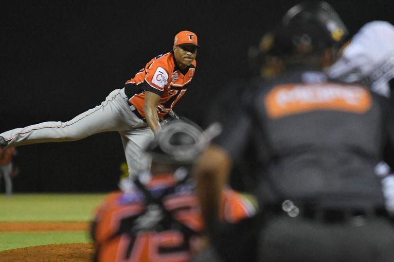 Toros firman al lanzador Alfredo Simón como agente libre